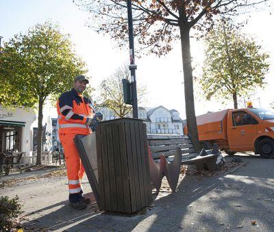 Ein Mülleimer wird entleert.